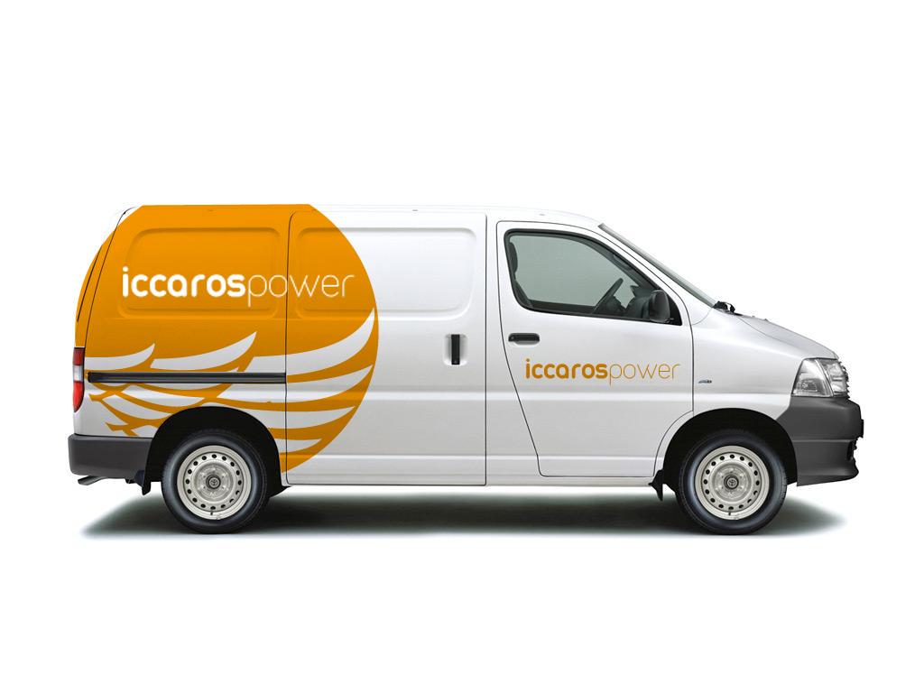 Aplicación del logo de iccaros power sobre un vehículo industrial.